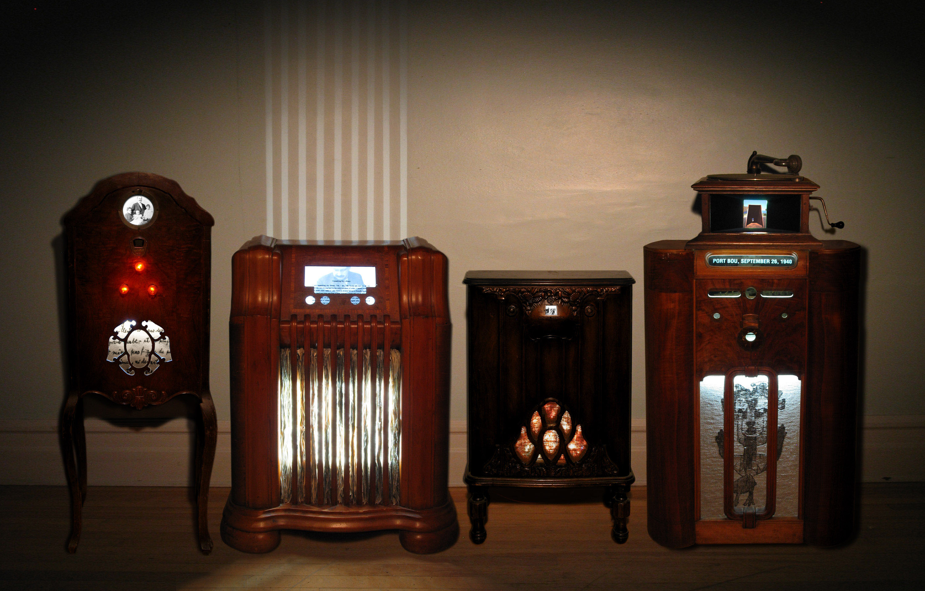 Walter: Old radios, videos, light structures, digital weavings, sound